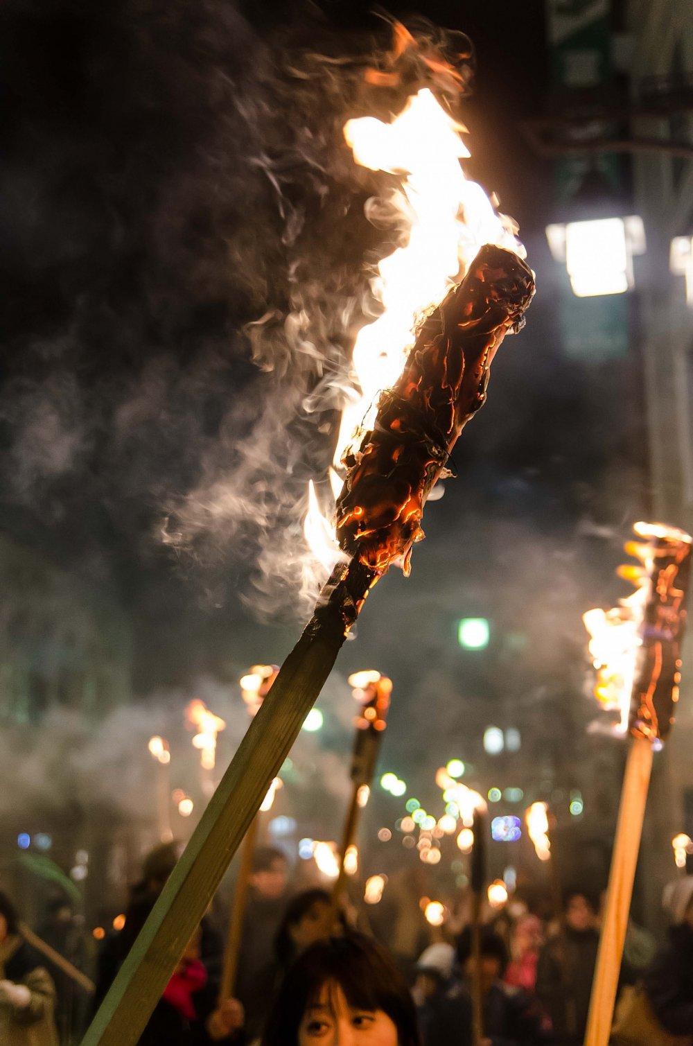 ชูคบไฟไปบนถนนของอุนะสุกิ