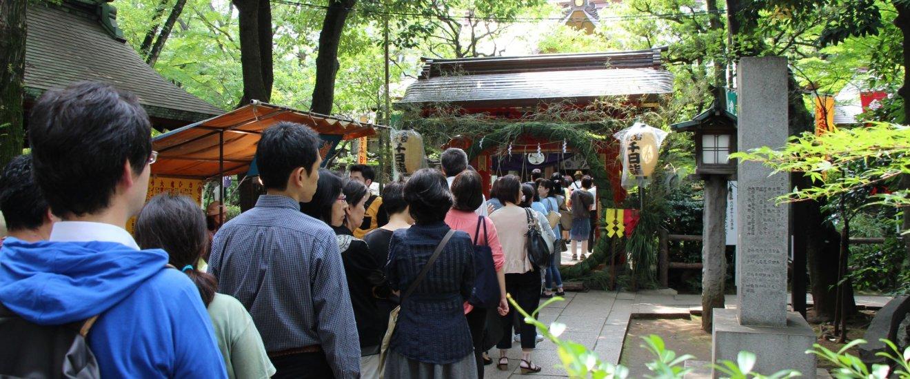 Sennichi Mairi attire de nombreuses personnes, qui viennent prier pour une vie heureuse pour les 1000 jours à venir. On voit au font le chinowa, passage obligé, sensé purifier l'âme et prévenir les maladies