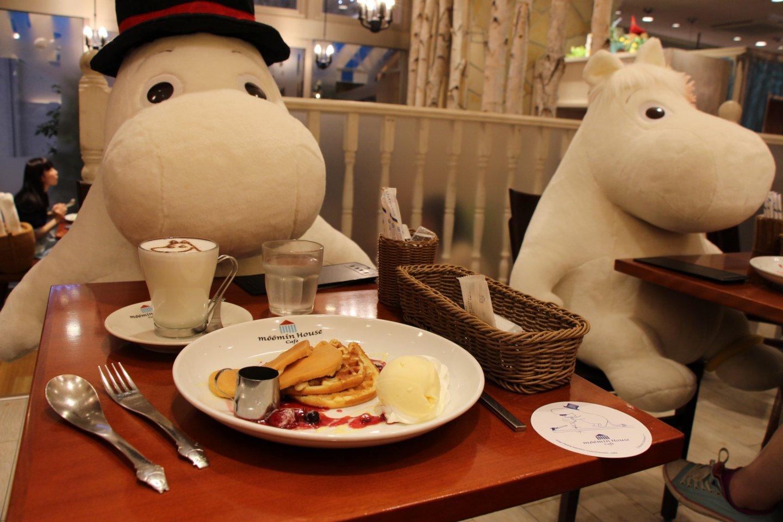 De nombreux curieux viennent au Moomin Café pour profiter d'un repas ou d'un goûter en compagnie d'un Moomin géant