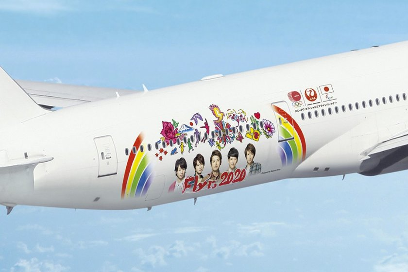 The design of the special aircraft, including the five members of Arashi and drawings by Satoshi Ohno (pictured center)