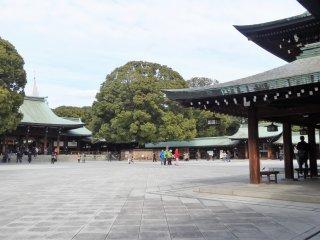 ตัวอาคารศาลเจ้าและบริเวณรอบๆ เป็นอาคารไม้ สร้างแบบเรียบๆ งดงาม