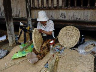 Menganyam jerami ( warazaiku) untuk membuat peralatan kehidupan sehari-hari biasanya dilakukan ketika musim dingin tiba