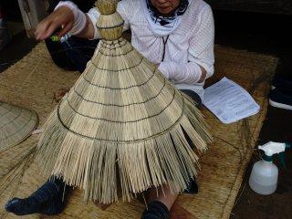 Warazaiku ( straw craft) adalah membuat peralatan rumah tangga dengan bahan dasar jerami yang dianyam.