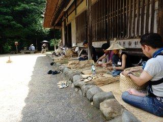 Pengunjung diajak turut serta merasakan dan mengenal proses pembuatan alatkebutuhan rumah tangga masa lalu