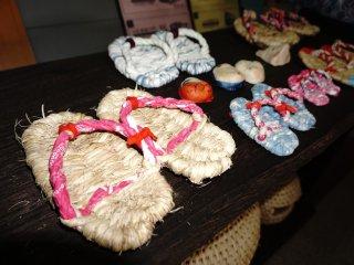 Hasil kerajinan yang bisa dibawa pulang dapat diperoleh di toko souvenir area museum