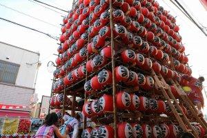 人形を降ろして、提灯を飾っています。おおよそ500個もの提灯です。