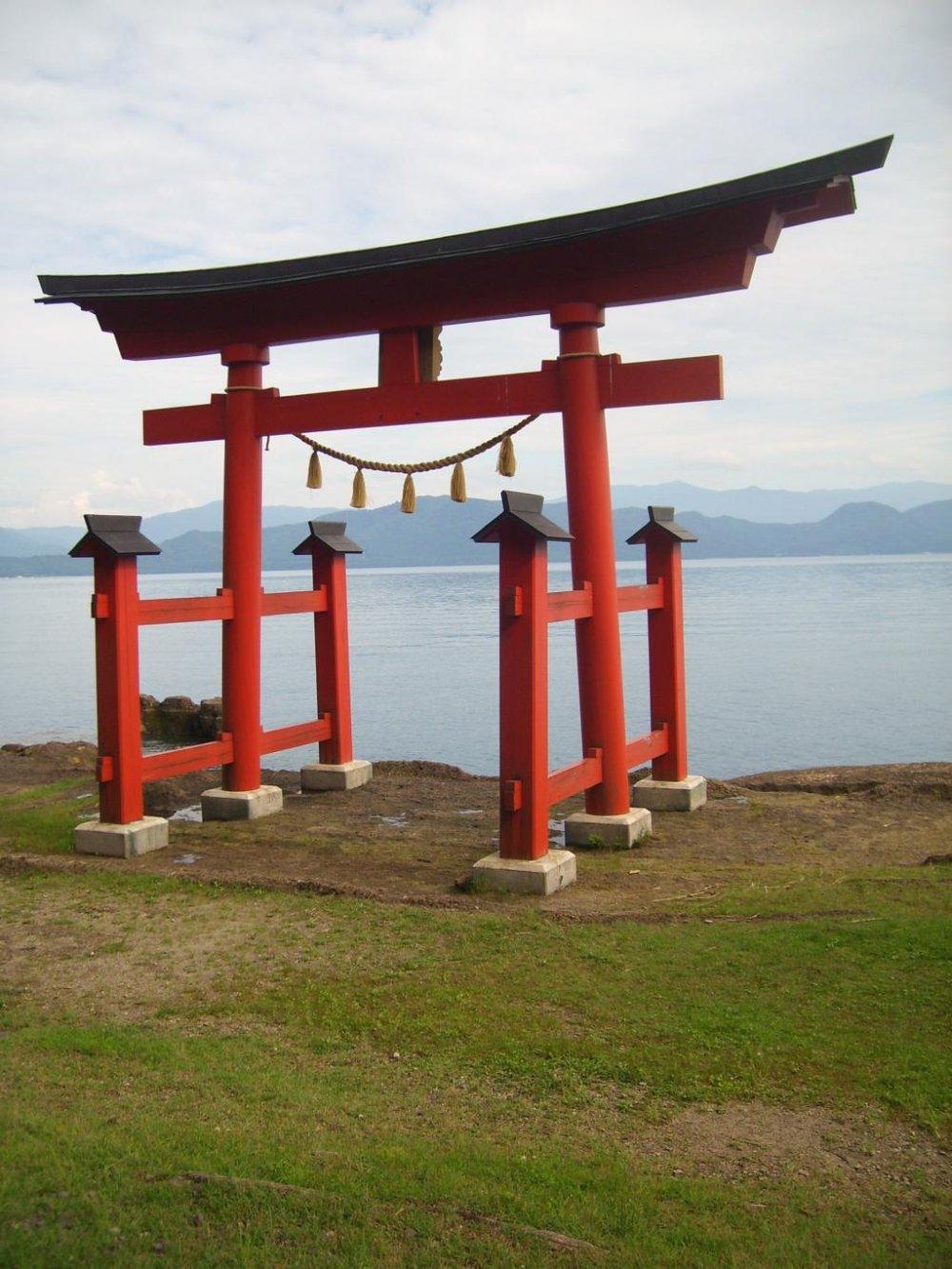 Có nhiều nơi để tham quan xung quanh hồ, ví dụ như cánh cổng này ở đền Gozanaishi