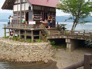 Mua một quẻ may mắn ở căn nhà nhỏ này gần Tatsuko và hi vọng 1 điều may mắn cho cái hồ này.