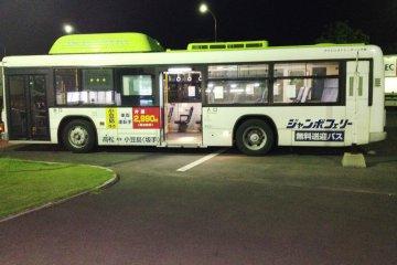 JR 다카마쓰 8번 정류장과 히가시 다카마쓰 항 사이의 셔틀버스가 1대 있다. 야간 여객선 운행 버스는 JR 타카마쓰에서 자정에 출발한다.