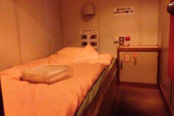 단순하지만 비좁은 싱글 룸으로, 작은 캐비닛이지만 전기 충전 시설이 없다. 메인 데크에는 전기 충전할 수 있는 곳이 있다.