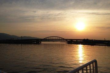 다카마쓰에서 출발한 야간 여객선이 고베 도착할때 본 해돋이