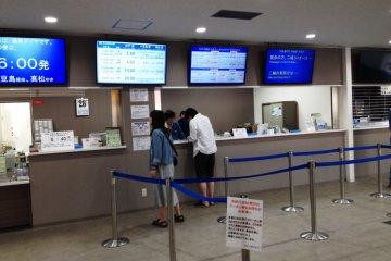 고베 매표소는 미야자키와 다카마츠/쇼도시마 여객선이 함께 운행하고 있으니 올바른 카운터에서 대기하고 있는지 확인하시길 바란다.