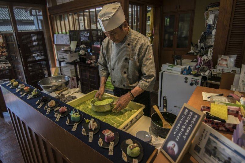 <p>&#39;Contemporary Master Craftsman&#39;, Mr Itami Tsugio, quietly puts on a show in here at Kiharu Kissa, in the Matsue History Museum.</p>