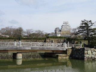 ปราสาทฮิเมจิมีสีขาว จึงมีชื่อเรียกอีกชื่อหนึ่งว่า ปราสาทนกกระยางขาว (Hakuro-Jo) หรือปราสาทนกกระสาขาว (Shirasagi-Jo)