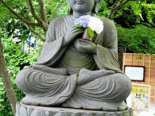 В руках Боддхисатвы - сезонный букет