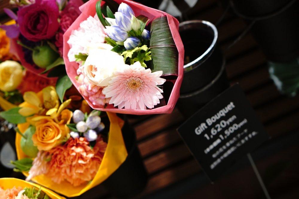 Selain dikemas sebagai buket juga disediakan aneka vas unik