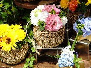 Keranjang berisi bunga segar sebagai exterior toko