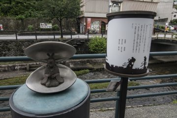 <p>Artistic sculptures have been placed all over Tamatsukuri Onsen.</p>
