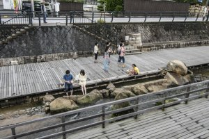 The other Ashi-no-yu in Tamatsukuri Onsen. Note that the water actually spouts from the spring reservoir, and you are not actually dipping your feet into Tamayu-gawa, which is actually ice-cool!