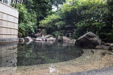 <p>An outdoor onsen bath available in Ryotei Yamanoi.</p>