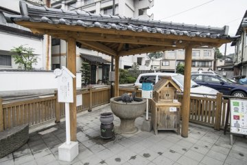 <p>This is just one of many such mini-springs, where one can ladle up piping hot onsen water to cleanse their skin. Notice the wooden cabinet next to the mini-spring, spray bottles (think plastic perfume bottles) are available for you to bring the water back home for use when you leave Tamatsukuri Onsen.&nbsp;</p>
