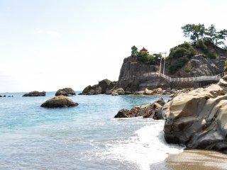 Kuil kecil di pantai Katsurahama