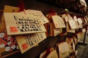 Yasaka Shrine di Kyoto adalah salah satu kuil yang ramai dikunjungi sehingga banyak yang menggantungkan Ema
