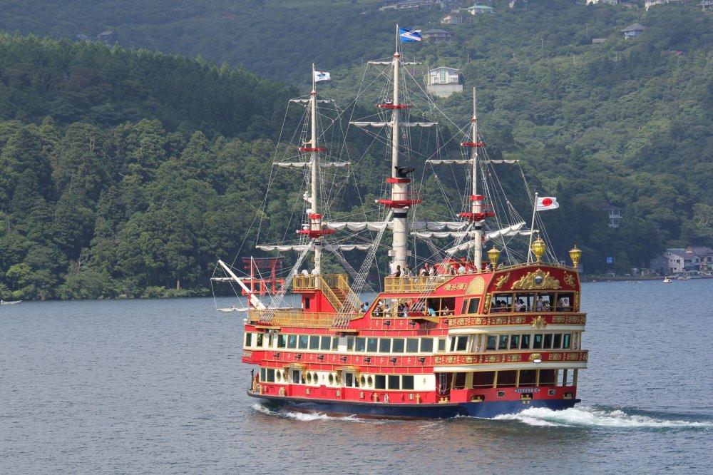 Kapal berjenis kapal perompak yang akan membawa kita mengarungi Lake Ashi selama 30 menit