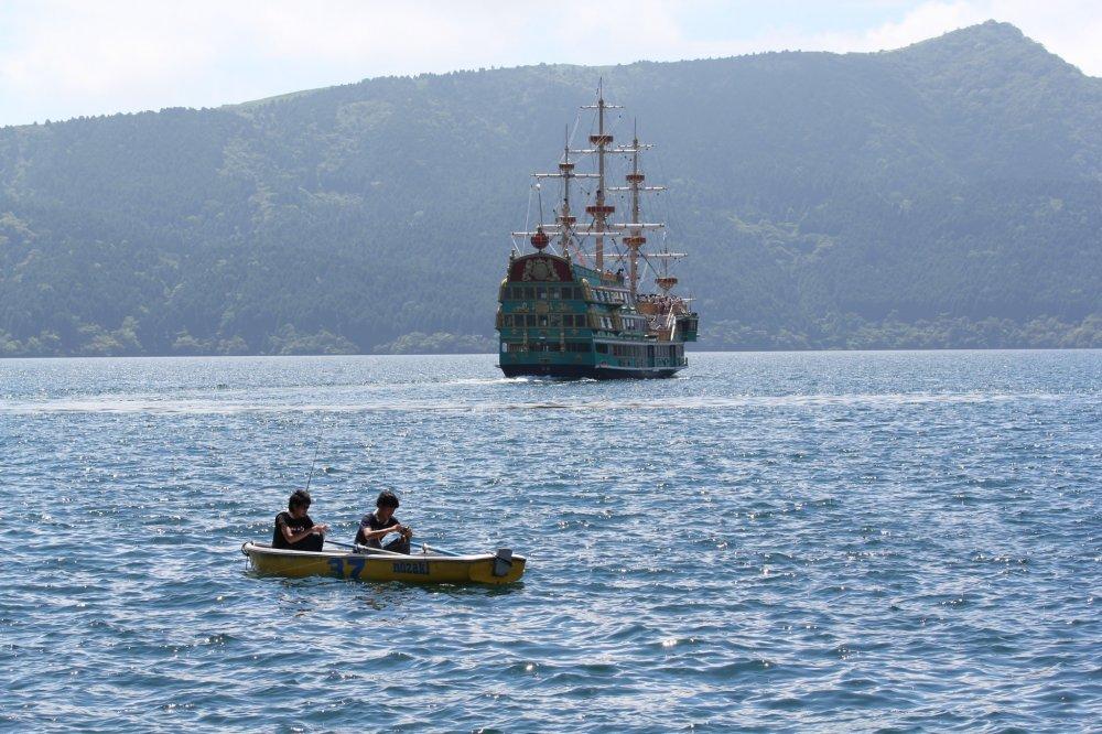 memancing banyak dilakukan oleh turis lokal. Suatu aktivitas lain selain berlayar di Lake Ashi