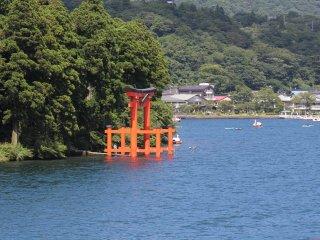 Gerbang Hakone Shrine yang tampak kontras denan birunya air