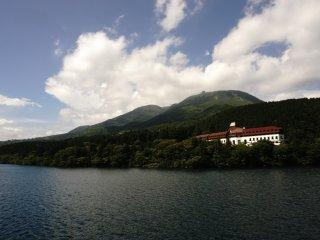 Panorama sekeliling Lake Ashi yang berganti-ganti warna sesuai musim.
