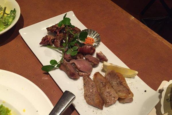 구운고기 3종 세트 - 고기의 세가지 부위가 적정한 양으로 잘려서 나와요. 크기가 적당에서 먹기도 편하고 함께 나온 레몬을 짜서 뿌려먹으면 더욱 맛있는 술안주가 됩니다.