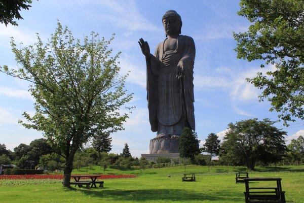 San Buddha setinggi 120 meter berdiri megah di bawah kaki langit