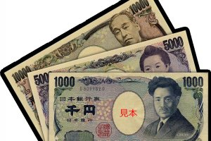 "Japanese yen banknotes (見本 means ""sample"")"