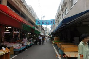 The Asaichi Market is very close to JR Sendai Station. It is located near E-beans.