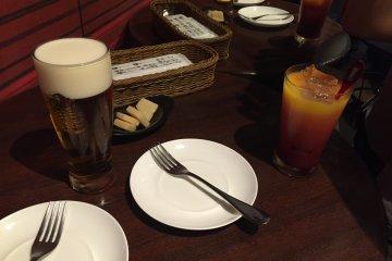 <p>맥주와 카시스 오렌지, 오토시 파마산치즈</p>