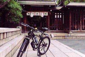 Небольшая остановка перед синтоистским храмом в Кобэ