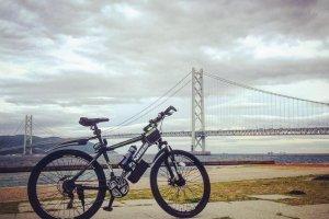Мой друг на фоне моста Акаси