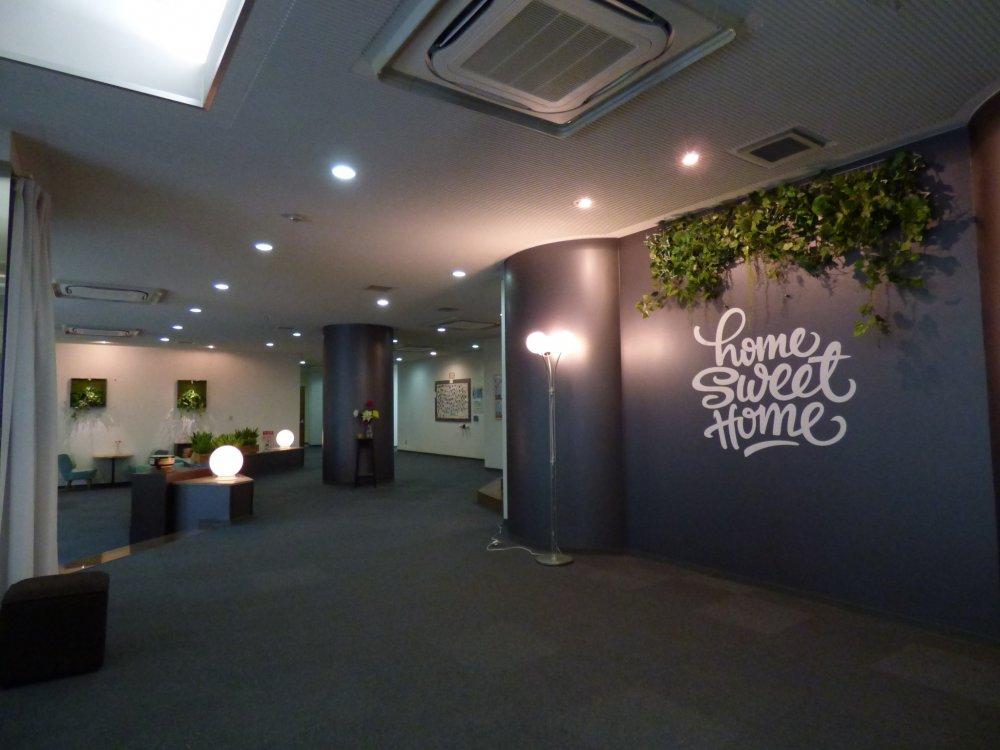 Tulisan Home Sweet Home di dinding Foyer yang membuat siapapun langsung kerasan