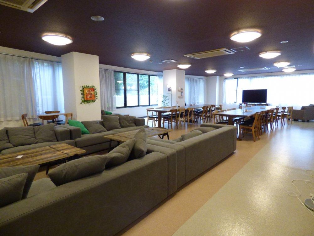 Living room yang luas memungkinkan penghuninya untuk berumpul dan beriteraksi