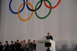 Le vice-président de l'IOC, JohnCoates, s'adresse au public et à la ville de Tokyo dans son discours.