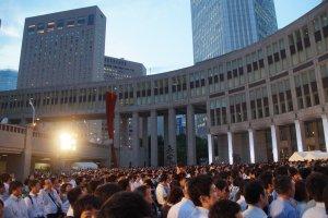 Un large foule s'est rassemblée sur la place en face du Tokyo Metropolitan Government pour voir la révélation