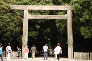 Torii di Atsuta Shrine salah satu kuil Shinto yang terletak di Nagoya