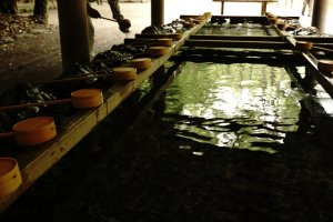 Temizuya, tempat membersihkan diri sebelum memasuki areal utama kuil Shinto