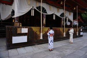 Membunyikan lonceng di kuil Shinto tujuannya adalah untuk menarik perhatian Dewa