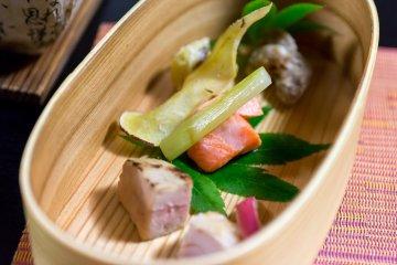 <p>구운 연어, 히다 소고기, 푸아그라, 신선한 야채 등 일본과 서양의 음식이 조화를 이루고 있다.</p>
