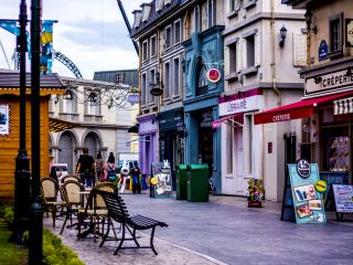 Khu vực xung quanh thực sự có cảm giác như ở Paris, với kiến trúc kiểu Pháp cổ điển hình của nó, các cửa hàng mang tên của Pháp và quán cà phê.