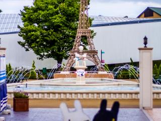 Cũng giống như nếu bạn ở Paris, bạn có thể đứng đối diện với Tháp Eiffel phiên bản nhỏ phía sau những đài phun nước trang nhã