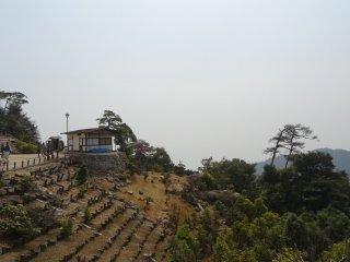 จากสถานีกระเช้าไฟฟ้าปลายทางบนเขา เราต้องเดินอีก 1 กิโลเมตร ขึ้นสู่จุดชมวิวบนยอดเขา