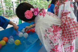 Challenging the balloon fishing, a popular activity at Japanese festivals